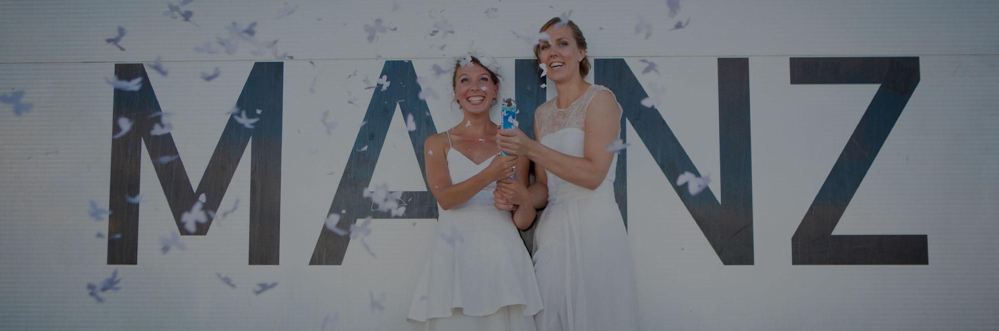 Hochzeitspaar in weißen Kleidern