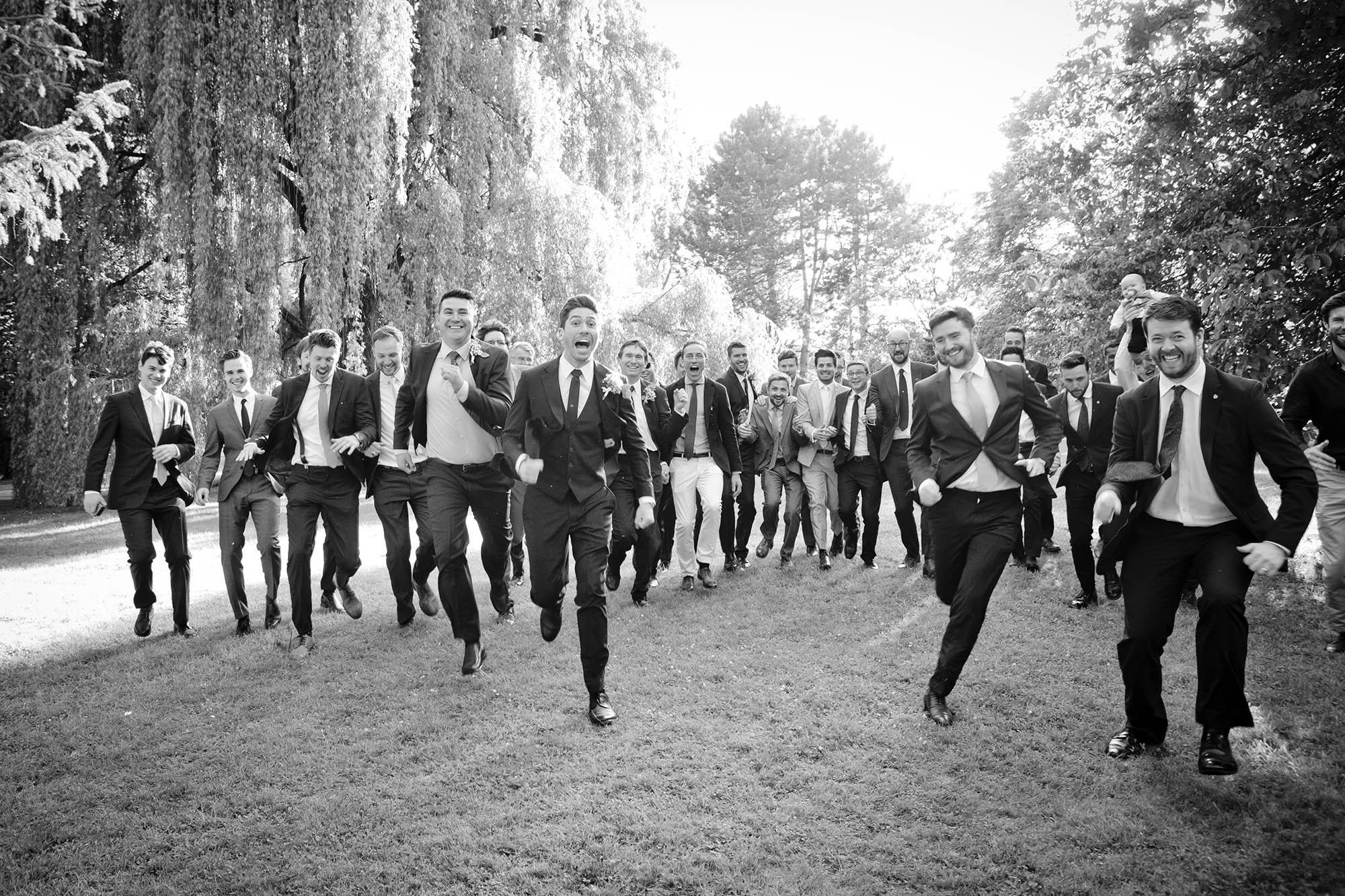 Hochzeitsgäste laufen Richtung Kamera