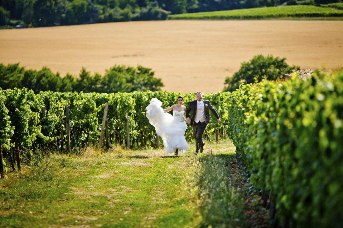 Brautpaar in Weinbergen