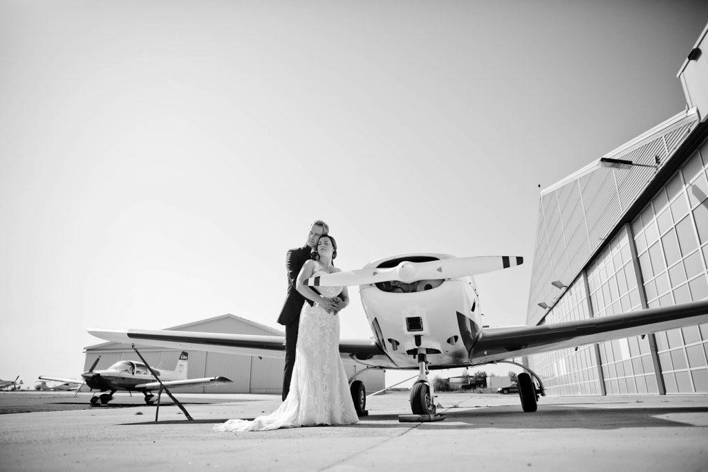 Brautpaar am Flugplatz