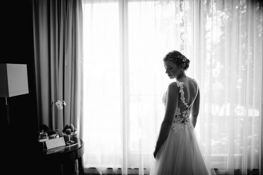 Braut in Hotelzimmer